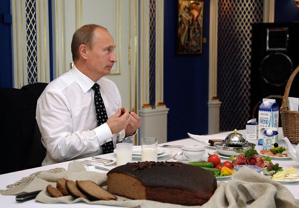 Путин ест