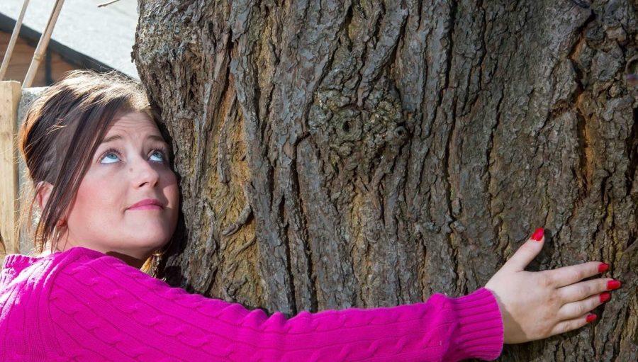 Эмма Маккейб с деревом