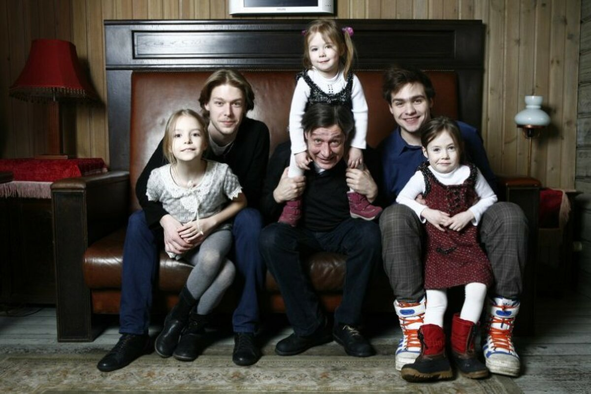 Михаил Ефремов с семьей
