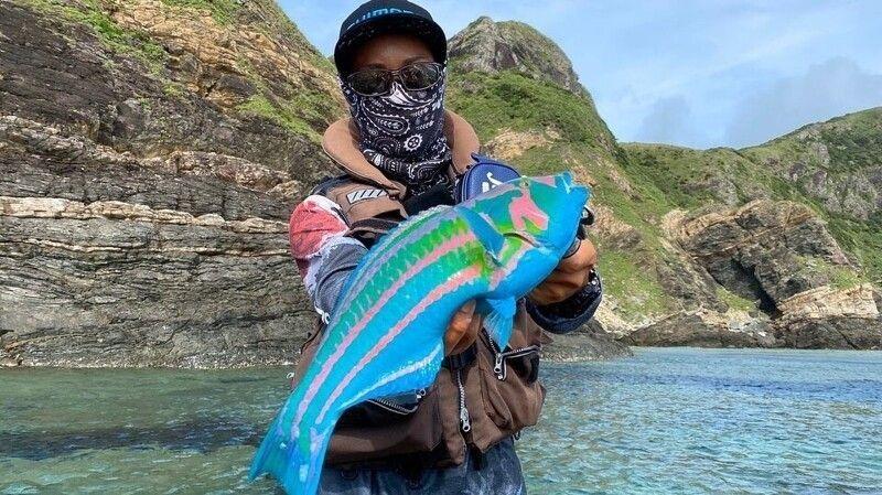 Пойманная японцем голубая рыба